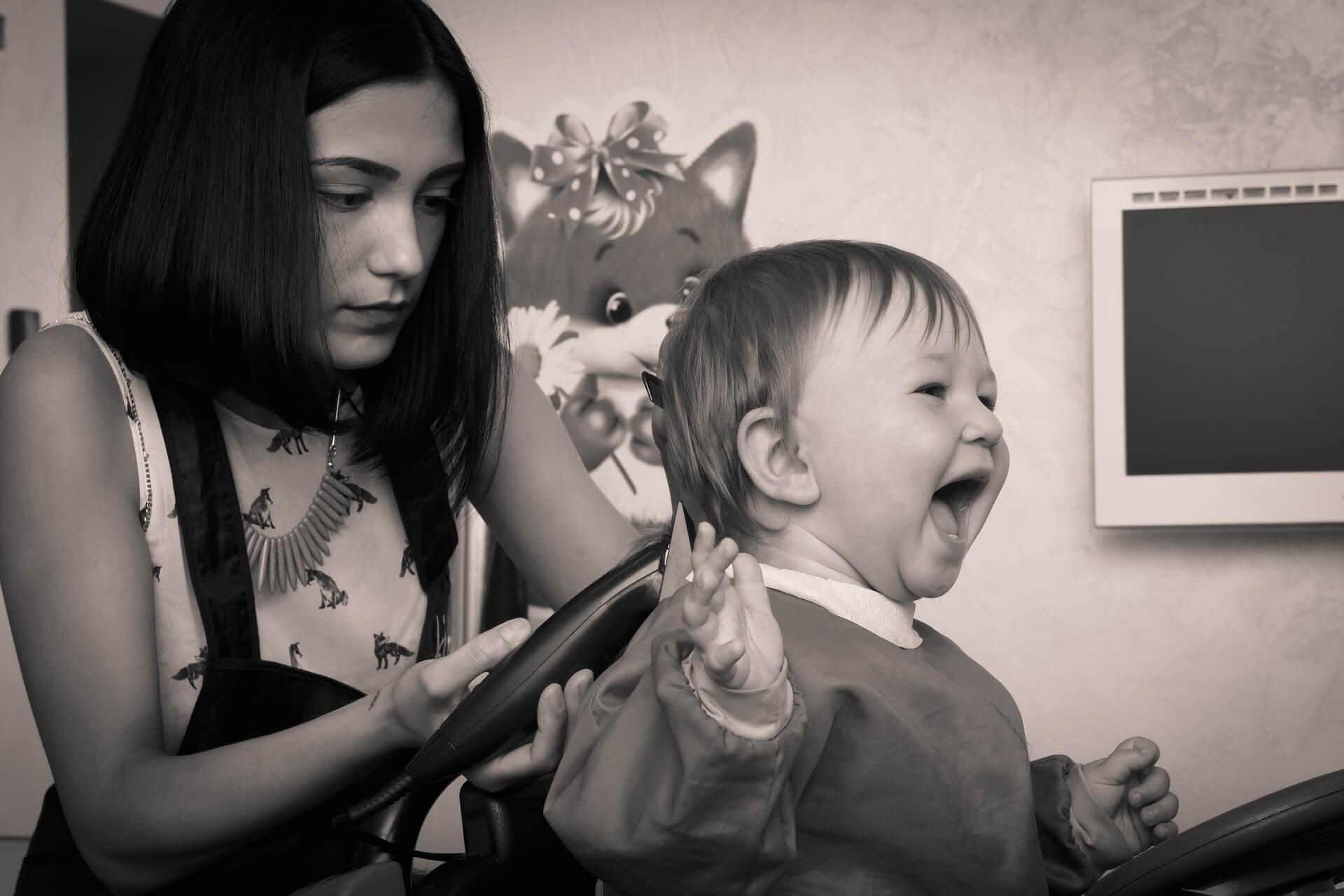 Mobile hairdresser freelancing for children